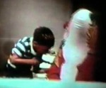 Fotograma del muñeco Bobo siendo atacado
